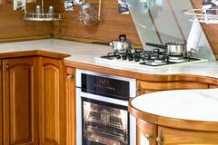 Klassieke houten keuken De belichaming van moderne ontwerpoplossingen stock fotografie