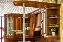 Klassieke houten keuken De belichaming van moderne ontwerpoplossingen stock foto's