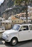 Klassieke Italiaanse auto in het Italiaans kuststad stock afbeelding