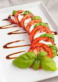 Klassieke Italiaanse tomaat, kaas en basilicumsalade Stock Afbeeldingen