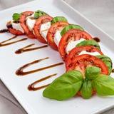 Klassieke Italiaanse tomaat, kaas en basilicumsalade Stock Fotografie