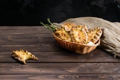 Klassieke Italiaanse zoete eigengemaakte Karelische pastei, dessert op woode royalty-vrije stock foto's