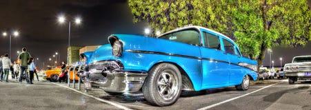 Klassieke jaren '50 Amerikaanse auto bij nacht Royalty-vrije Stock Afbeeldingen