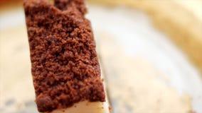 Klassieke kaastaart met chocolade op een gouden plaat, Europees keukendessert stock videobeelden