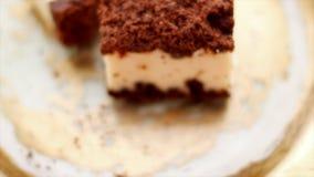 Klassieke kaastaart met chocolade op een gouden plaat, Europees keukendessert stock footage