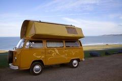 Klassieke kampeerautobestelwagen Stock Foto's