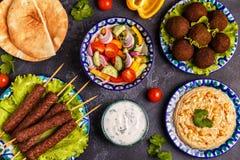 Klassieke kebabs, falafel en hummus op de platen stock afbeelding