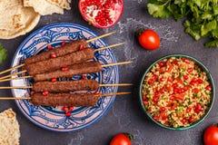 Klassieke kebabs met tabboulehsalade, traditionele van het Middenoosten royalty-vrije stock fotografie
