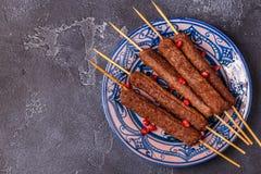 Klassieke kebabs op de plaat royalty-vrije stock afbeeldingen