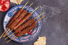 Klassieke kebabs op de plaat stock foto's