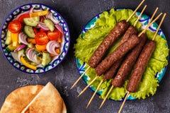 Klassieke kebabs op de plaat royalty-vrije stock afbeelding