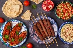 Klassieke kebabs, tabbouleh salade, baba ganush en gebakken aubergine stock afbeelding