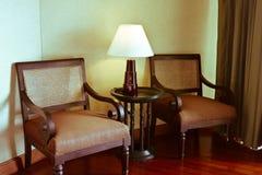 Klassieke leunstoel en lamp. stock afbeeldingen