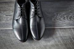Klassieke mannelijke zwarte leerschoenen stock foto