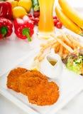 Klassieke Milanese kalfsvleeskoteletten en groenten Royalty-vrije Stock Fotografie