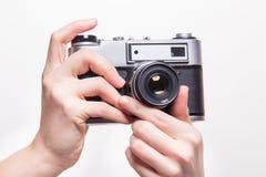 Klassieke 35mm fotocamera ter beschikking Royalty-vrije Stock Fotografie