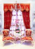 Klassieke modieuze leunstoelen vóór venster Stock Afbeeldingen