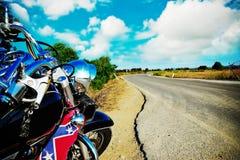 Klassieke motorfiets op de rand van de weg royalty-vrije stock afbeeldingen