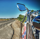 Klassieke motorfiets op de rand van een windende weg Stock Afbeeldingen