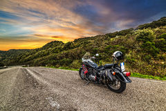 Klassieke motorfiets op een landweg Stock Afbeelding