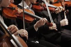 Klassieke muziek. Violisten in overleg royalty-vrije stock afbeelding
