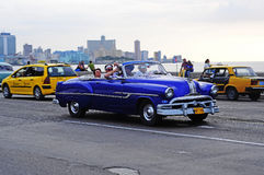 Klassieke oude Amerikaanse auto op de straten van Havana Stock Afbeelding