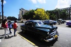Klassieke oude Amerikaanse auto op de straten van Havana Stock Afbeeldingen