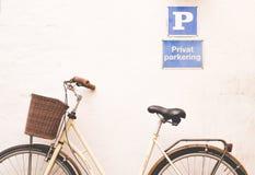 Klassieke oude fiets in Dragør, Denemarken stock fotografie