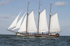 Klassieke oude Nederlandse varende boot Stock Foto's
