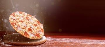 klassieke pizza op een donkere houten lijst stock afbeeldingen