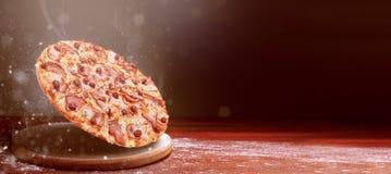 Klassieke pizza op zich een donkere houten lijstachtergrond en het verspreiden van bloem het menuconcept van het pizzarestaurant stock foto's