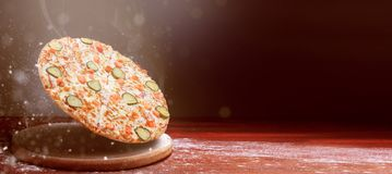 Klassieke pizza op zich een donkere houten lijstachtergrond en het verspreiden van bloem het menuconcept van het pizzarestaurant stock foto