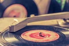Klassieke platenspeler en oud vinyl met gekrast royalty-vrije stock afbeeldingen