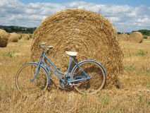 Klassieke retro fiets met hooibalen Stock Afbeelding