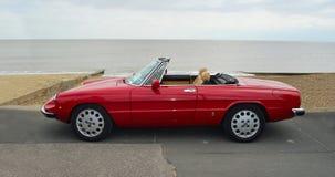 Klassieke Rode Alpha Romeo Convertible Motor Car Parked op Strandboulevardpromenade stock foto