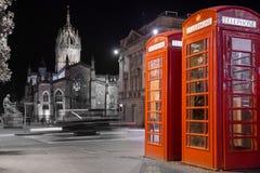 Klassieke rode Britse telefooncel, nachtscène Stock Fotografie
