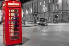 Klassieke rode Britse telefooncel, nachtscène Stock Foto's