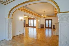 Klassieke ruimte met gouden decoratie Stock Afbeelding