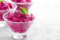 Klassieke Russische keuken Salade van gekookte biet Bietensalade met gedroogde pruim, okkernoten en zure room op witte achtergron Stock Foto