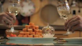 Klassieke scène met glazen champagne en sushibroodjes man en vrouw wat betreft glazen stock videobeelden