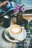 Klassieke schuimende cappuccinokoffie Royalty-vrije Stock Foto