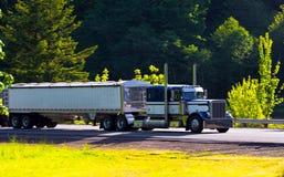Klassieke semi vrachtwagen grote installatie met twee aanhangwagens op weg Royalty-vrije Stock Afbeelding