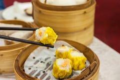Klassieke shumai bij Hong Kong-dim sumrestaurant Stock Afbeeldingen