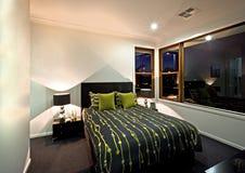 Klassieke slaapkamer met zwarte kleurendecoratie naast een venster Stock Afbeelding