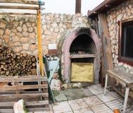 Klassieke steenbarbecue in woonhuis royalty-vrije stock afbeelding