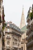 Klassieke straatmening van de gebouwen van Parijs Stock Fotografie