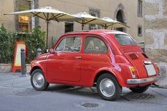 Klassieke streetscene met rode toestemmingsauto royalty-vrije stock afbeelding