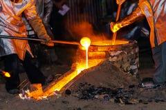 Klassieke technologie van klok die met smeltend staal in g produceren royalty-vrije stock afbeeldingen