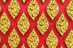 Klassieke Thaise Uitstekende de Stijlkunst van Steengravures van Gouden Bloemen Naadloos Patroon op Rode Concrete Textuur Als ach Royalty-vrije Stock Afbeelding