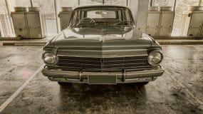 Klassieke Uitstekende die auto in ondergronds parkeerterrein Gouden Laag Queensland wordt geparkeerd stock fotografie